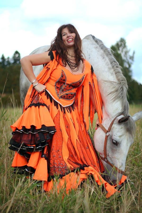 Dançarino aciganado bonito com um cavalo imagens de stock