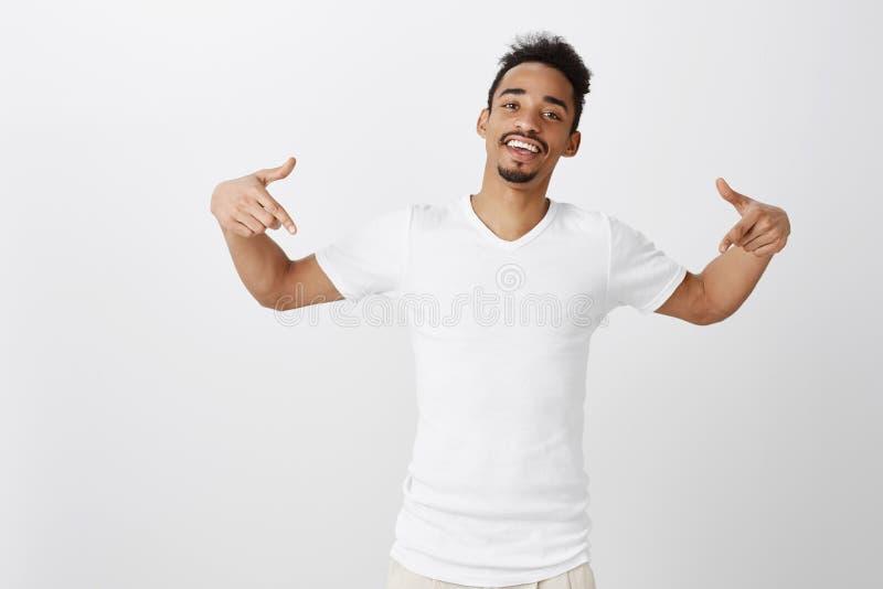 Dançarino atrativo pronto para mostrar sua habilidade no salão de baile Retrato do homem afro-americano seguro com afro fotos de stock