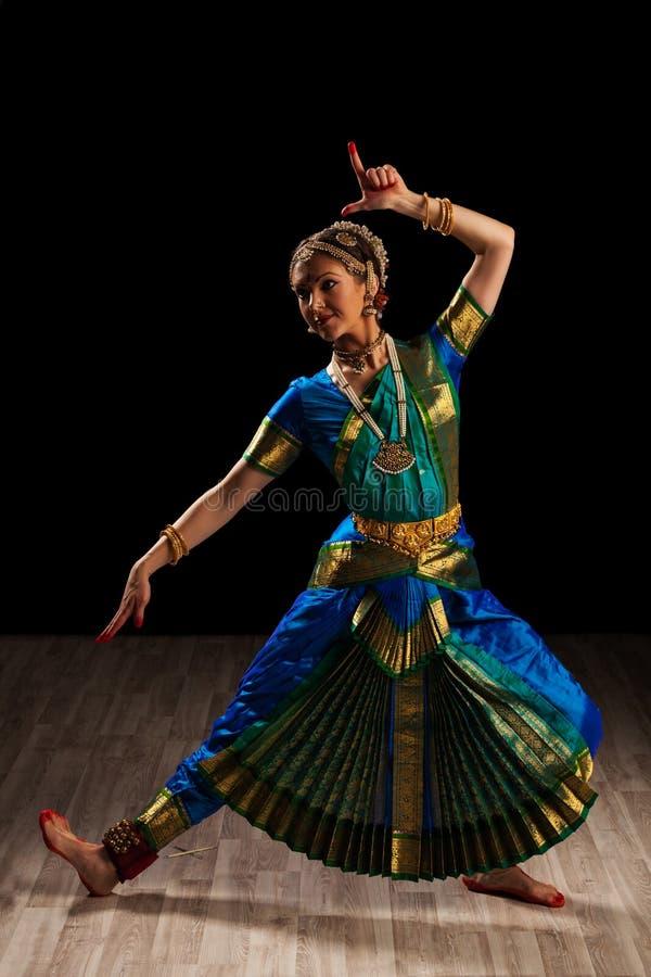 Dançarino bonito da menina da dança clássica indiana fotografia de stock royalty free