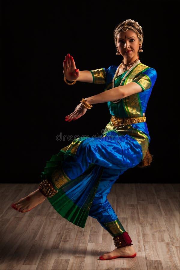 Dançarino bonito da menina da dança clássica indiana Bharatanatyam fotos de stock royalty free