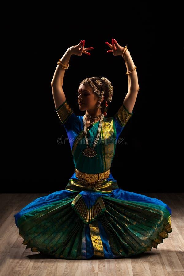 Dançarino bonito da menina da dança clássica indiana Bharatanatyam foto de stock royalty free