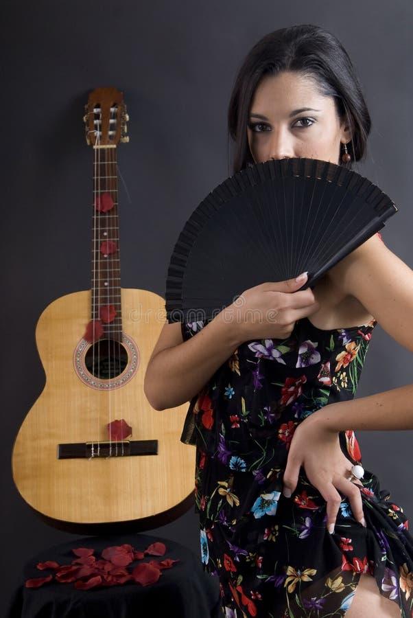 Dançarino bonito do flamenco com fundo preto fotografia de stock