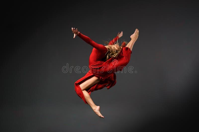 Dançarino bonito no vestido vermelho imagens de stock