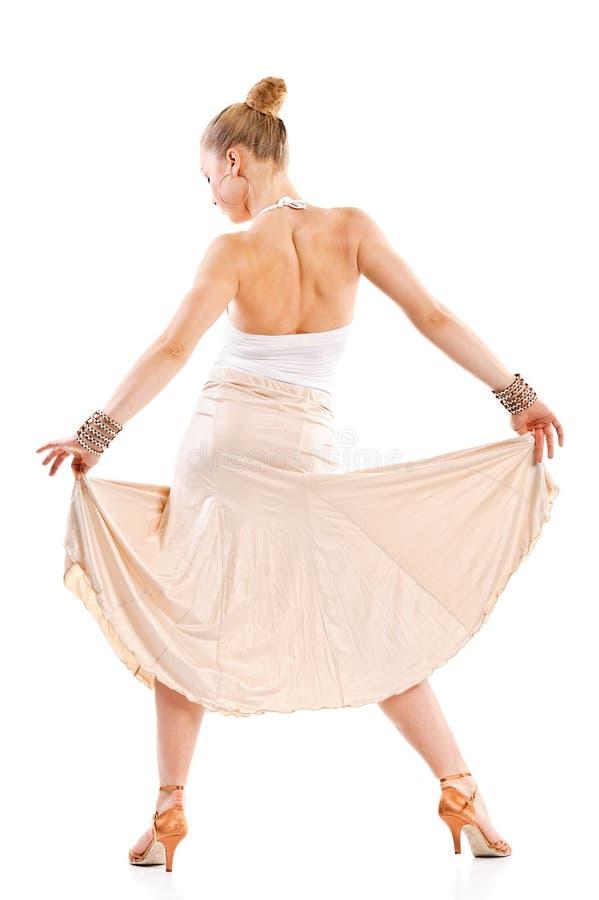 Dançarino bonito novo que levanta em um estúdio. Vista traseira imagem de stock