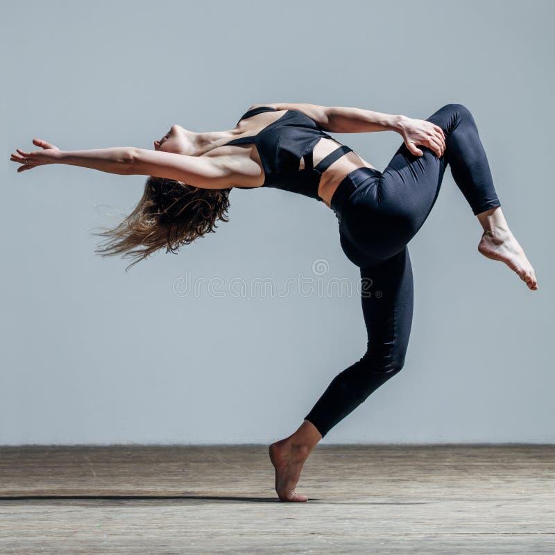 Dançarino bonito novo que levanta no estúdio fotografia de stock