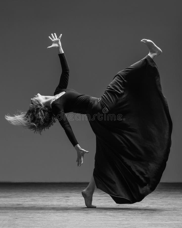 Dançarino bonito novo que levanta no estúdio imagem de stock