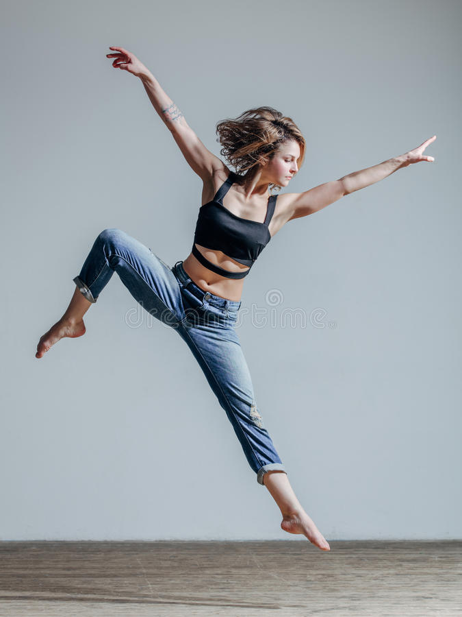 Dançarino bonito novo que levanta no estúdio imagens de stock royalty free