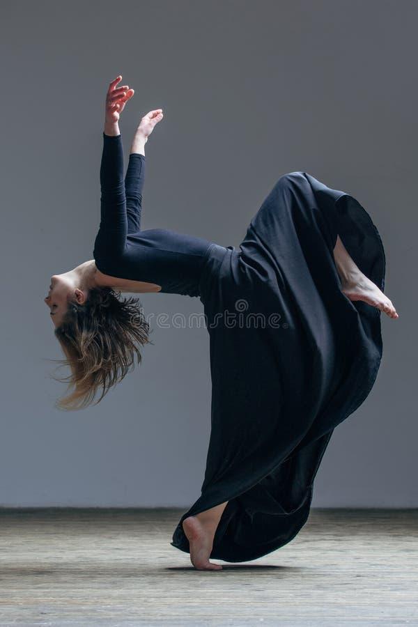 Dançarino bonito novo que levanta no estúdio fotos de stock royalty free