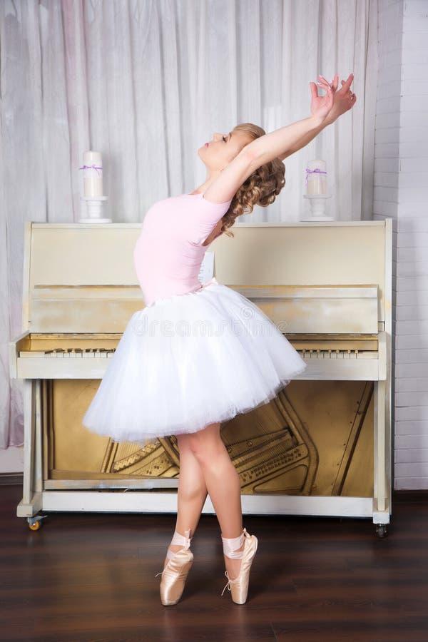 Dançarino bonito novo que levanta no estúdio da dança imagens de stock royalty free