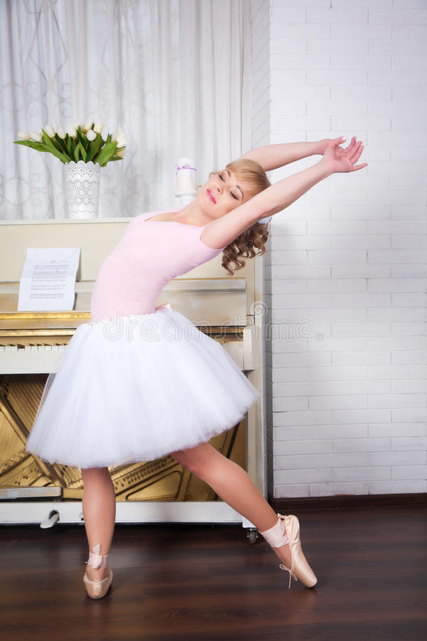 Dançarino bonito novo que levanta no estúdio da dança foto de stock