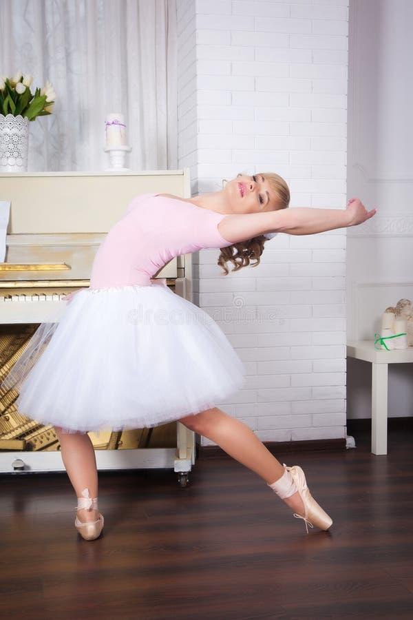 Dançarino bonito novo que levanta no estúdio da dança fotografia de stock