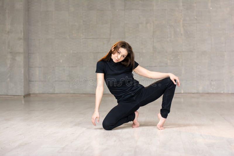 Dançarino bonito que levanta no fundo do estúdio foto de stock