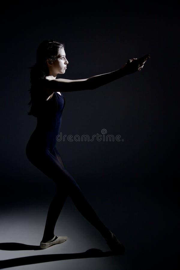 Dançarino clássico do adolescente que concentra-se durante o ensaio imagens de stock