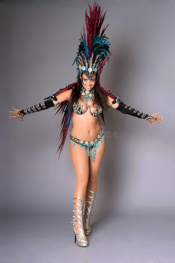Dançarino colorido do samba, no fundo cinzento fotos de stock
