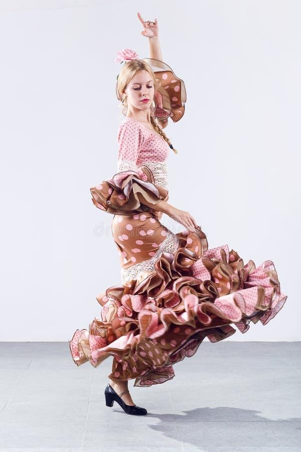 Dançarino consideravelmente novo do flamenco no vestido bonito fotografia de stock royalty free
