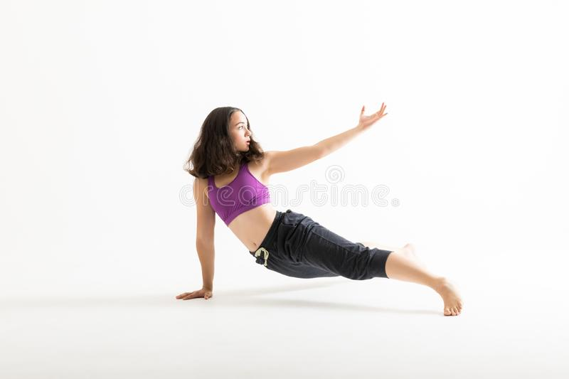Dançarino contemporâneo fêmea Showing Dance Moves foto de stock royalty free