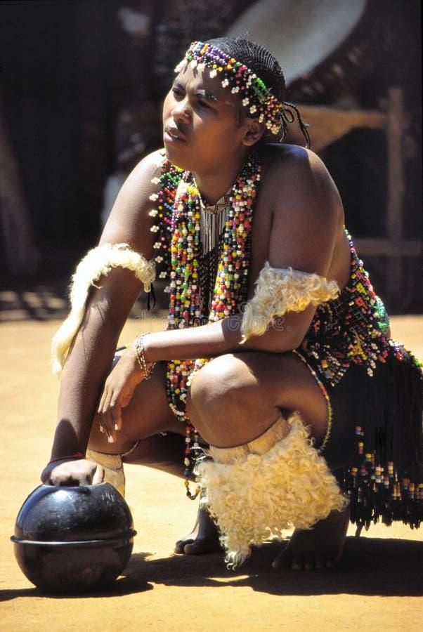 Dançarino da mulher do tribo Zulu imagem de stock