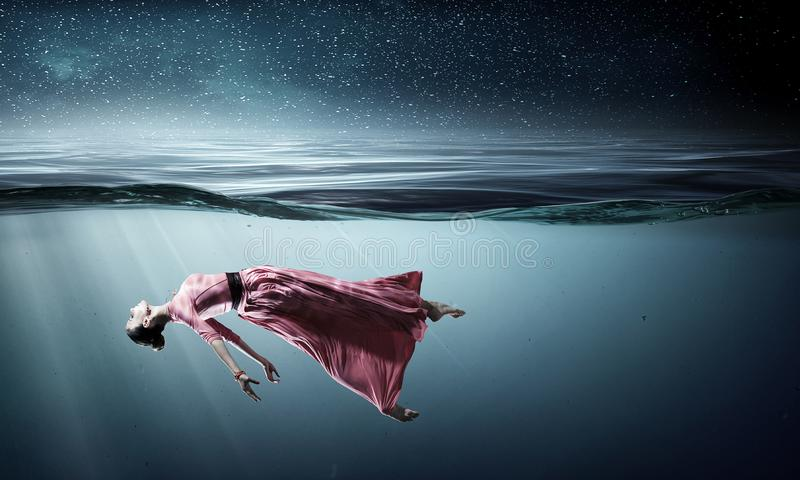 Dançarino da mulher na água azul clara imagem de stock royalty free