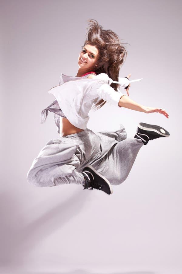 Dançarino da mulher que sorri e que salta fotografia de stock royalty free