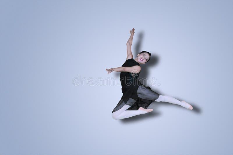 Dançarino de bailado asiático que executa danças no estúdio foto de stock royalty free