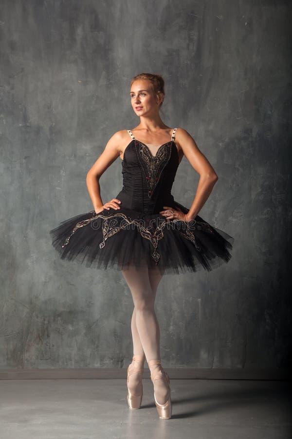 Dançarino de bailado bonito imagens de stock
