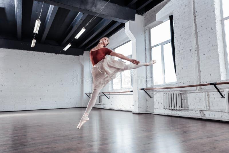 Dançarino de bailado bonito agradável que está acima no ar foto de stock royalty free