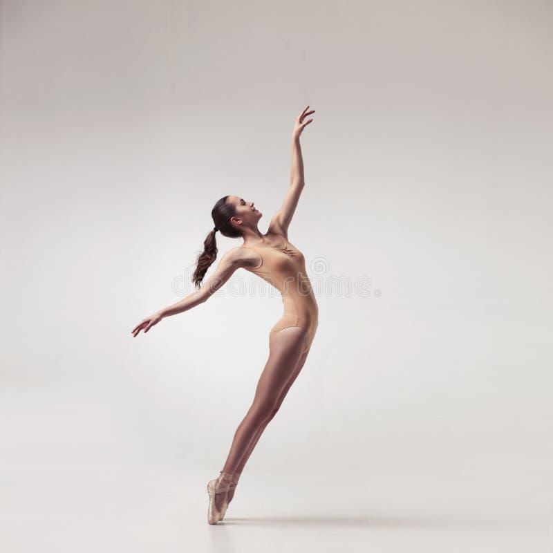 Dançarino de bailado bonito novo no roupa de banho bege imagem de stock