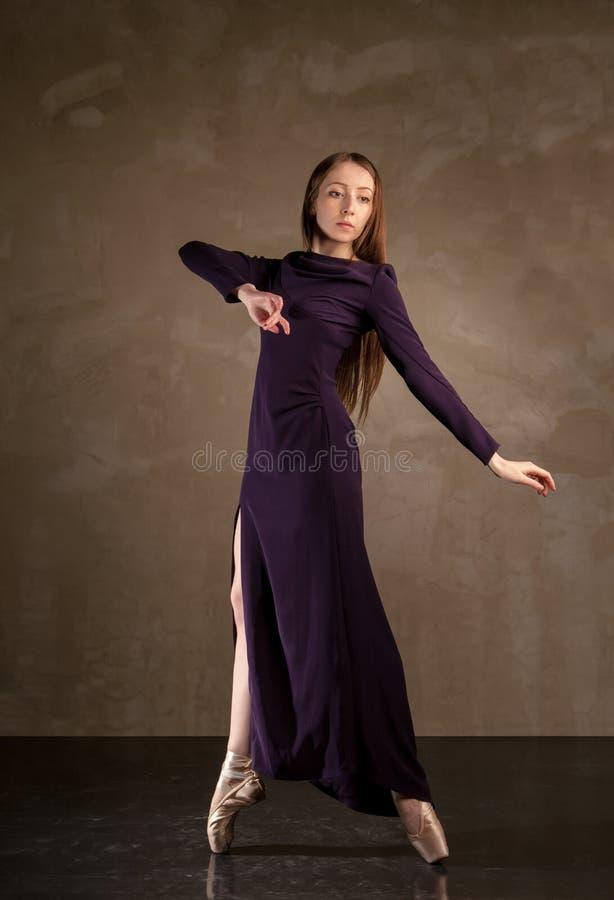 Dançarino de bailado bonito que levanta no estúdio fotos de stock royalty free
