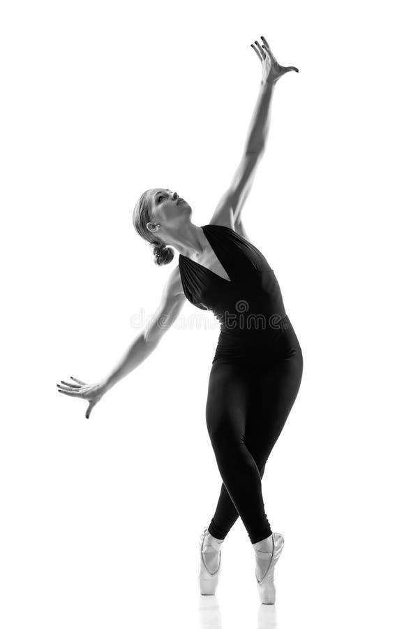 Dançarino de bailado caucasiano novo da mulher na silhueta imagens de stock