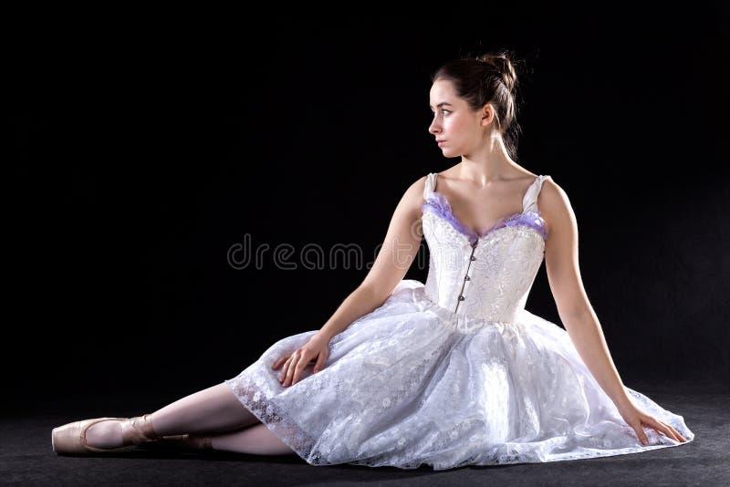 Dançarino de bailado de assento imagens de stock royalty free