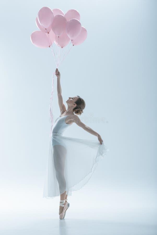 dançarino de bailado elegante no vestido branco com balões cor-de-rosa fotos de stock royalty free