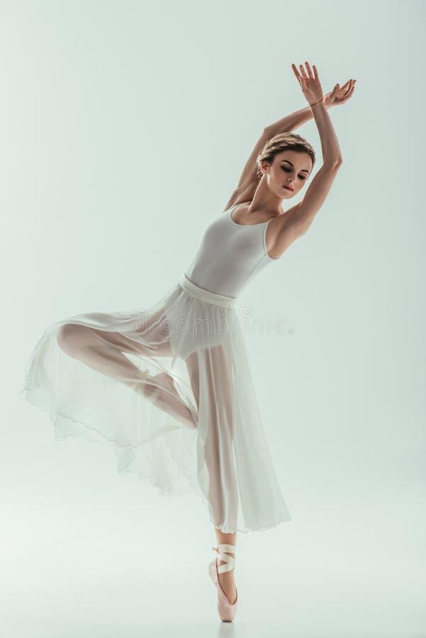 dançarino de bailado elegante novo no vestido branco fotos de stock
