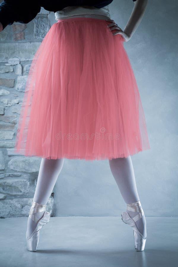 Dançarino de bailado em pointes na segunda posição imagem de stock royalty free