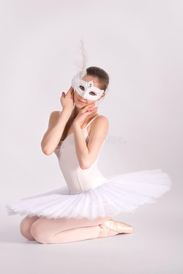 Dançarino de bailado em um tutu branco e em uma máscara do carnaval fotos de stock