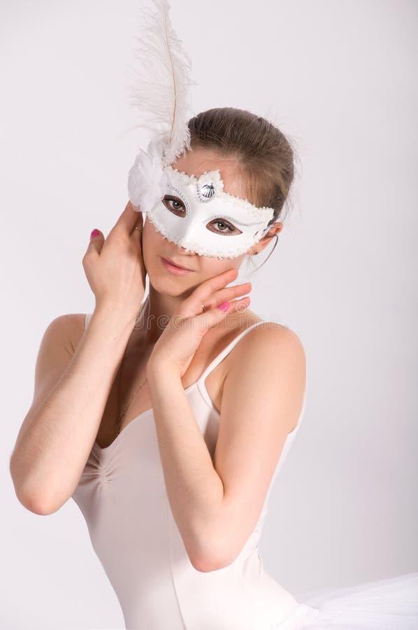 Dançarino de bailado em um tutu branco e em uma máscara do carnaval imagens de stock royalty free