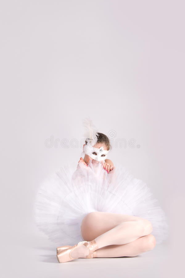 Dançarino de bailado em um tutu branco e em uma máscara do carnaval fotografia de stock royalty free