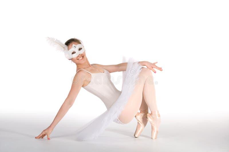 Dançarino de bailado em um tutu branco e em uma máscara do carnaval foto de stock royalty free
