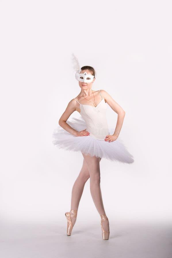 Dançarino de bailado em um tutu branco e em uma máscara do carnaval imagem de stock
