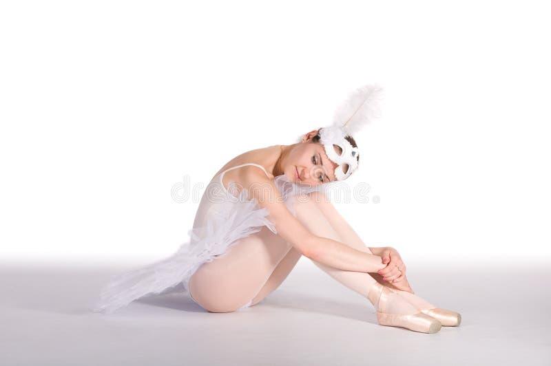 Dançarino de bailado em um tutu branco e em uma máscara do carnaval fotografia de stock