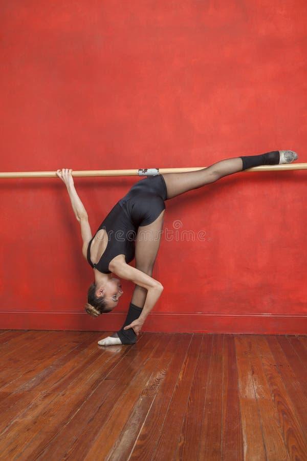 Dançarino de bailado fêmea Practicing At Barre In Studio fotografia de stock