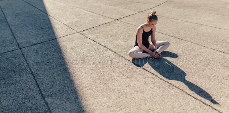 Dançarino de bailado fêmea que aquece-se antes da prática fotografia de stock