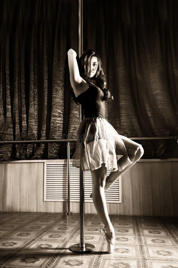 Dançarino de bailado flexível que estica no estilo retro A bailarina dança perto do polo foto de stock