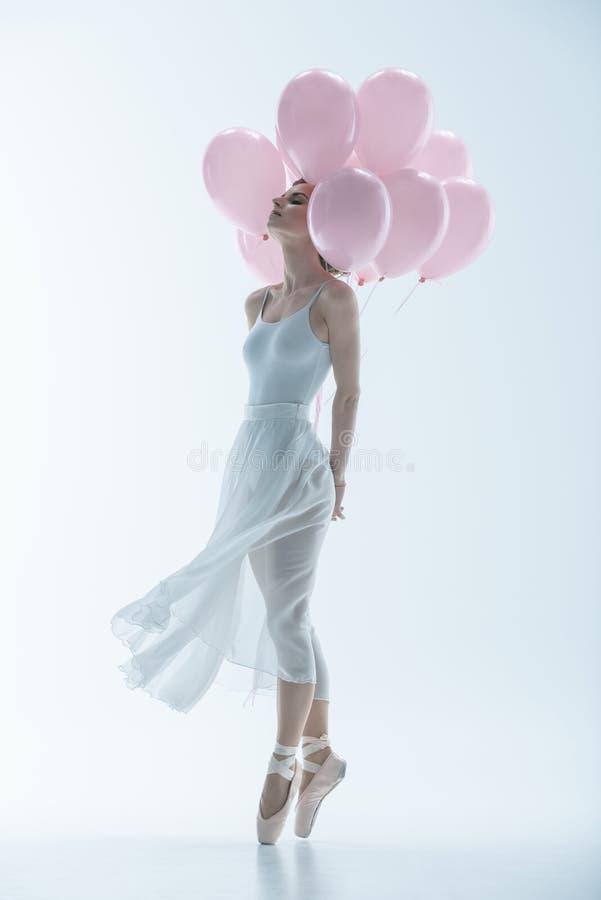 dançarino de bailado macio no vestido branco com balões cor-de-rosa fotos de stock royalty free