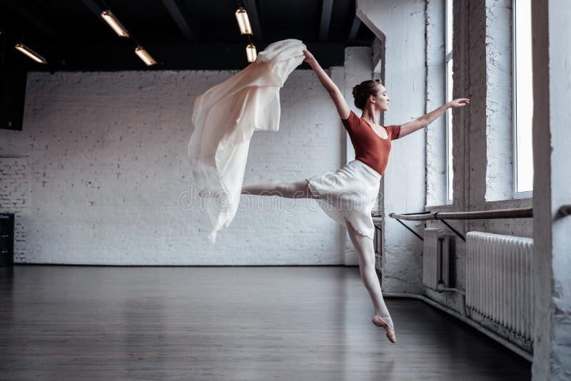 Dançarino de bailado magro atrativo que salta durante a dança imagens de stock royalty free