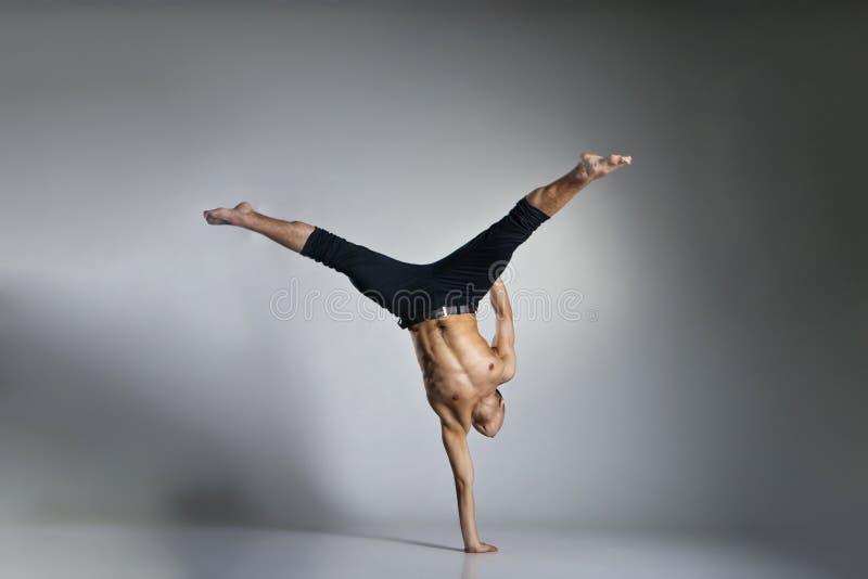 Dançarino de bailado moderno novo e à moda foto de stock