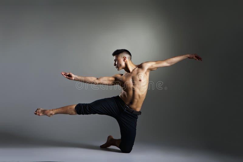 Dançarino de bailado moderno novo e à moda imagens de stock royalty free