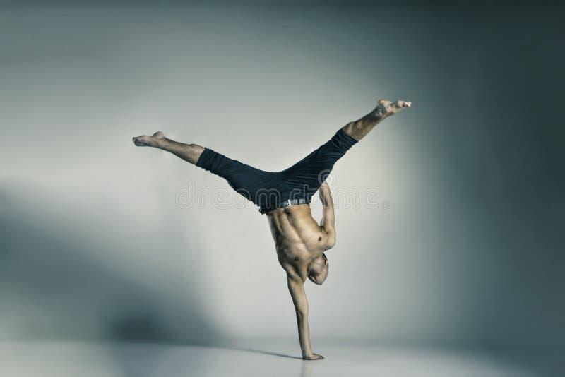 Dançarino de bailado moderno novo e à moda foto de stock royalty free