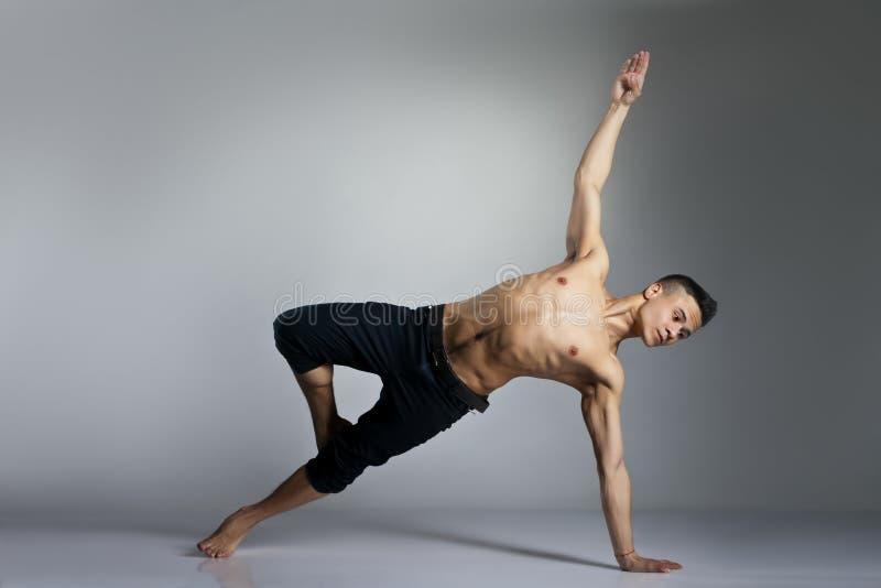 Dançarino de bailado moderno novo e à moda fotos de stock
