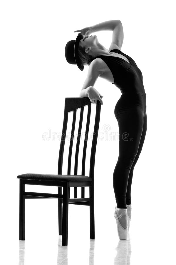 Dançarino de bailado moderno novo que levanta a cadeira do nearthe fotografia de stock royalty free