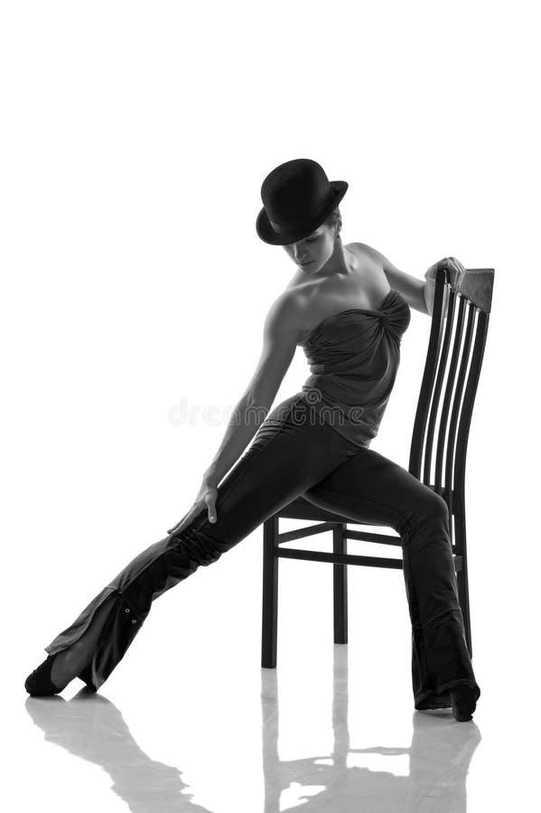 Dançarino de bailado moderno novo que levanta na cadeira imagens de stock royalty free